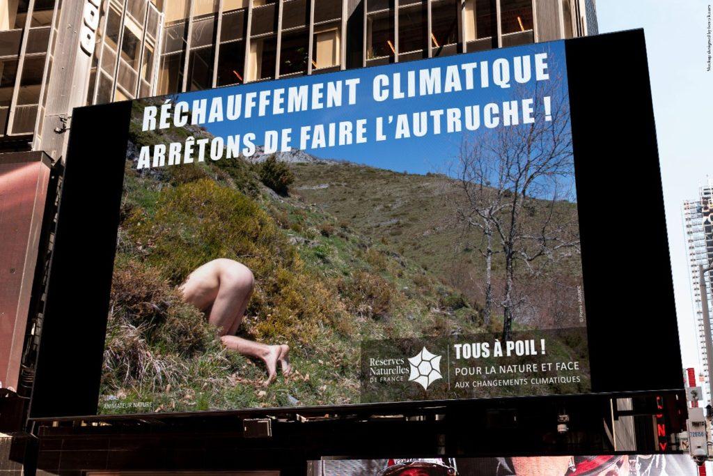 photomontage urbain homme dénudé faisant l'autruche dans une réserve naturelle